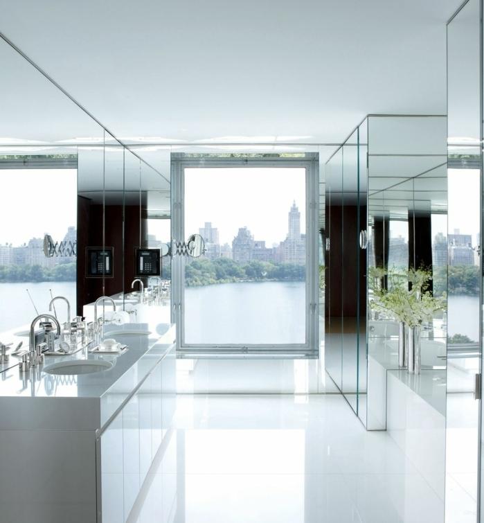cocina de encanto con decoracion con espejos, interior en blanco con mucha luminosidad y paredes en blanco, armarios en blanco modernos