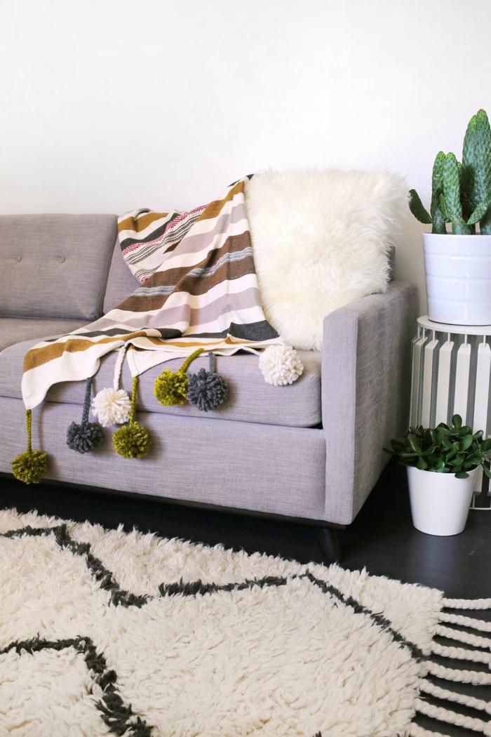 decoracion casera DIY, preciosa propuesta para decorar la casa con pompones hechos a mano, manta decorada de pompones