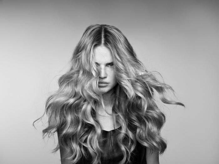 pelo largo ondulado color rubio oscuro, grandes rizos bien definidos, como hacer ondas en el pelo con la ayuda de un rizador
