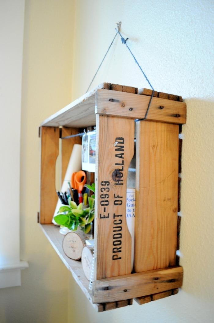 ideas para almacenar cosas en casa, muebles de cajas de fruta decoradas, estantería colgante hecha de madera