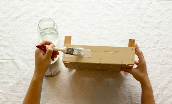 pasos para pintar y decorar una pequeña cajita de madera, cajas de fruta decoradas para elaborar muebles DIY