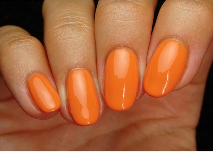 uñas en gel decoradas en color naranja, preciosas uñas de longitud larga y forma ovalada, tendencias en los colores primavera 2018