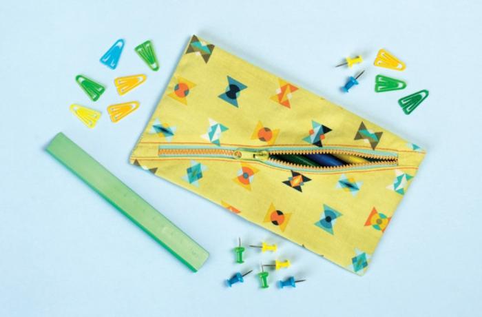 lapicero de tela DIY, tela en colores llamativos, manualidades faciles para hacer en casa ideas originales y utiles