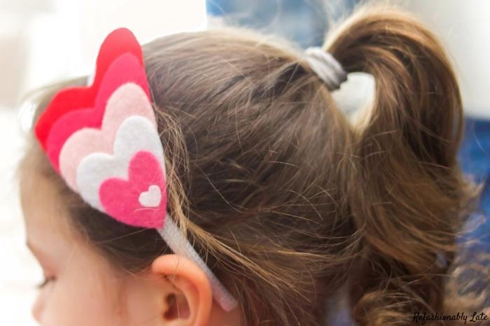 diadema de fieltro hechas de pequeños corazones en blanco, rosado y rojo, niña con diadema DIY, ideas de manualidades con fieltro