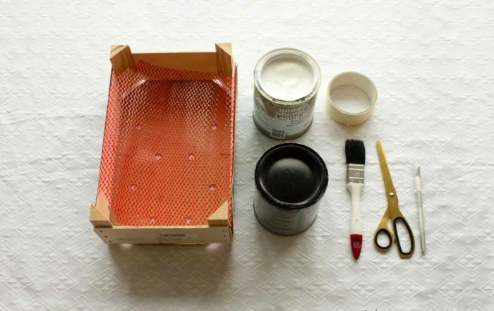todo lo que necesitas para hacer decorar una caja de frutas, pintura, cepillo y caja de frutas