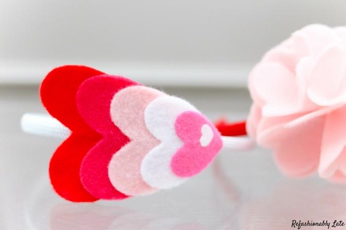 ejemplos de preciosas diademas DIY hechas de fieltro, ornamentos de tela en rosado en forma de corazón, manualidades de fieltro paso a paso
