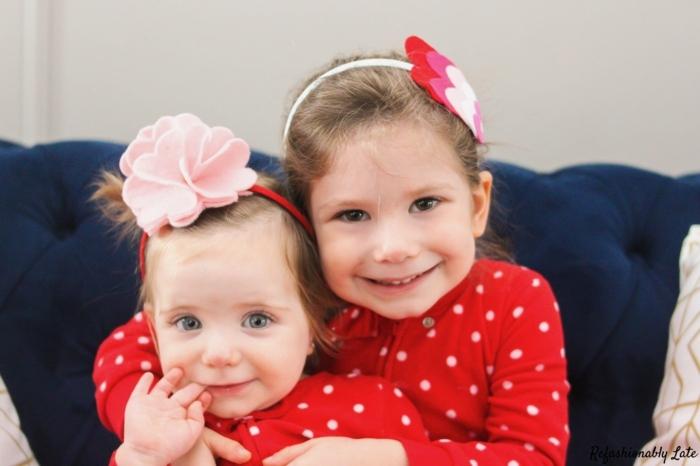 dos niñas pequeñas con cabello recogido, diademas DIY con preciosos ornamentos, manualidades con fieltro para regalar paso a paso