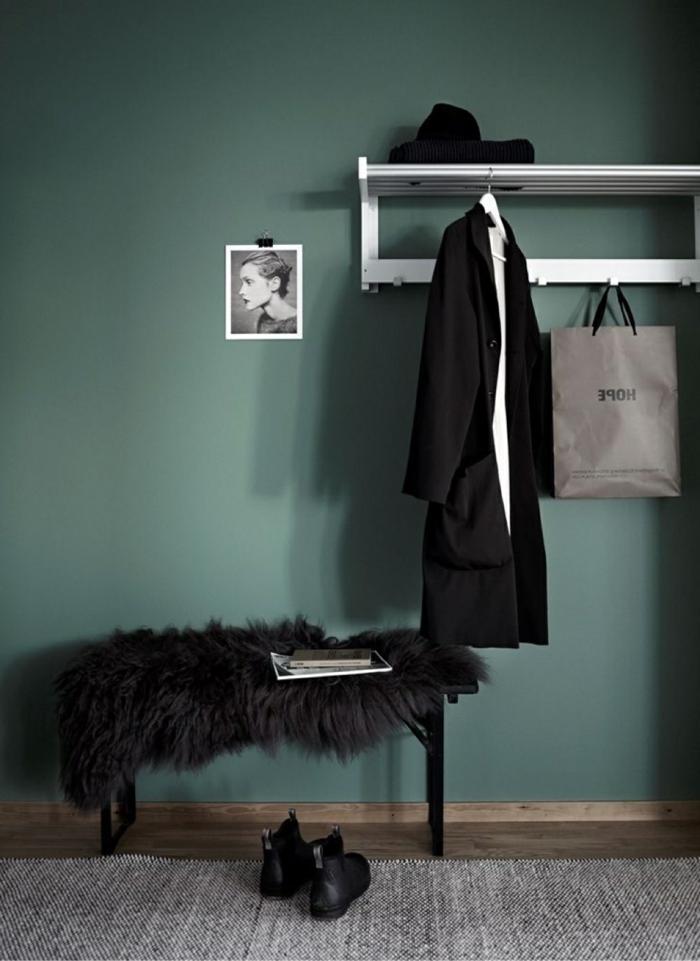 ideas para decorar recibidores pequeños, pared en verde saturado, detalles en negro, pequeña foto decorativa en blanco y negro colgada en la pared