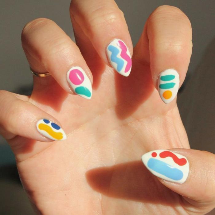 propuesta de uñas en gel decoradas de manera fresca y divertida en los colores actuales para la temporada que viene