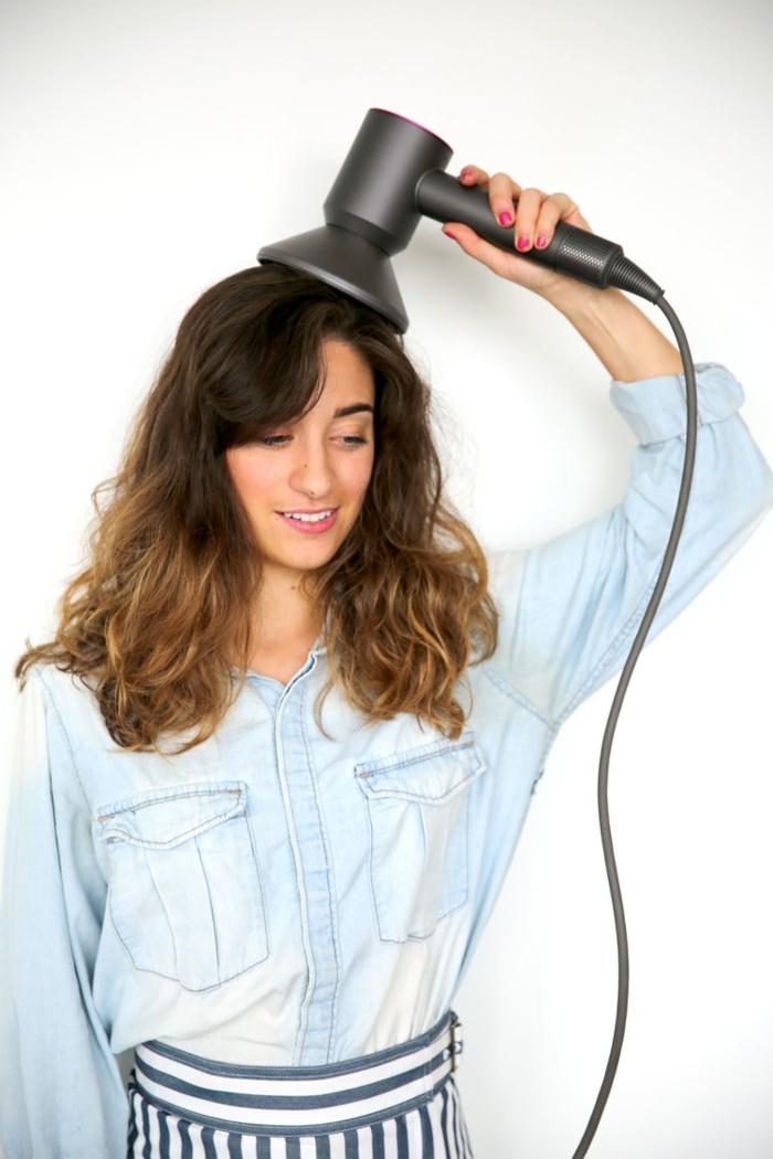 larga melena con mechas californianas y pelo ondulado, cómo hacer ondas en el pelo con un difusor