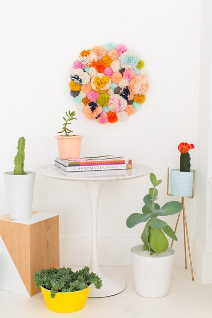 manualidades con pompones divertidas, como decorar la pared con pompones hechos a mano, bolas de lana en diferentes colores