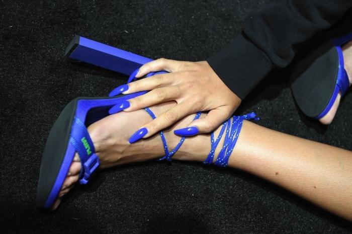 uñas decoradas muy largas pintadas en azul oscuro saturado con acabado brillante, tacones altos abiertos en el mismo color
