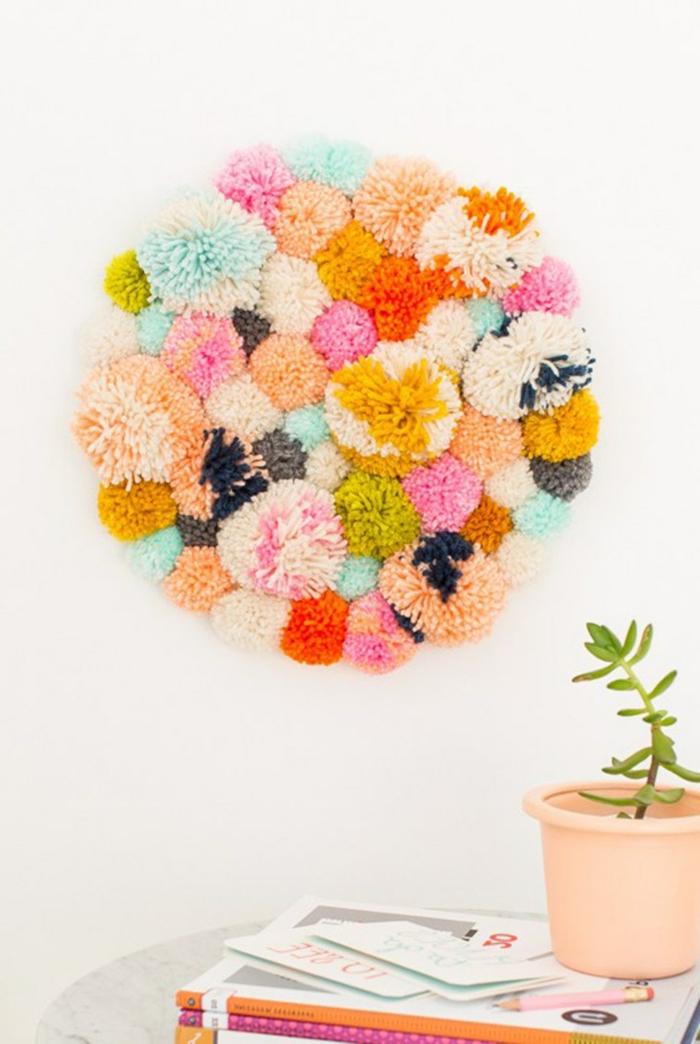 decoracion fresca y bonita, manualidades con pompones paso a paso, ornamento decorativo para la pared en tu casa