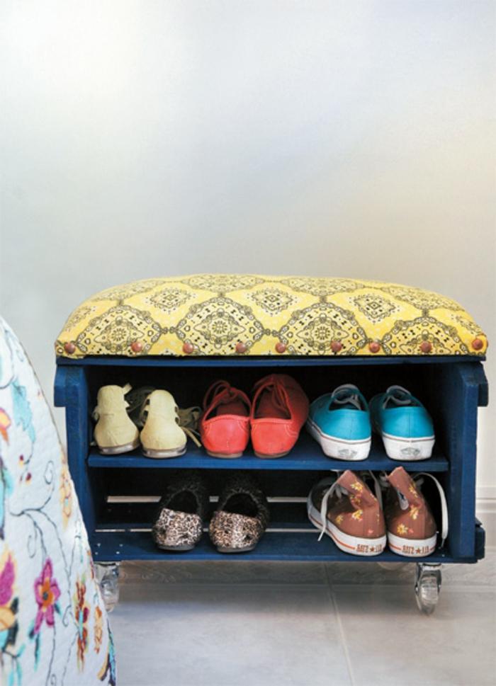 precioso zapatero hecho de madera y tela, manualidades de cajas de fruta paso a paso, caja de madera pintada en azul