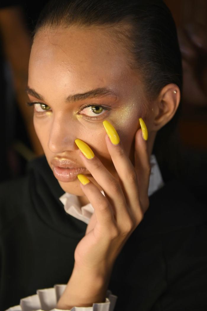 uñas muy largas en color amarillo bañana, diseños de uñas largas en forma ballerina, tendencias en los colores para uñas