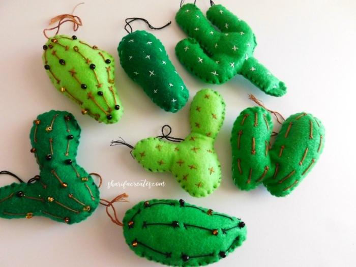 pequeños juguetes hechos de fieltro, cactus en verde con cuentas en marrón y negro, manualidades faciles para hacer en casa con tutoriales