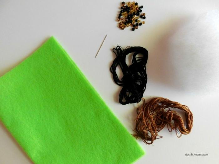 materiales para hacer figuras de fieltro en forma de cactus, manualidades fieltro, hojas de fieltro verde, hilos en negro y marrón y cuentas