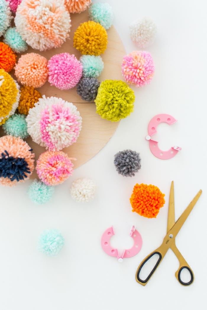 bolas de lana hechas a mano en colores llamativos, manualidades con pompones fáciles de hacer, tutorial completo