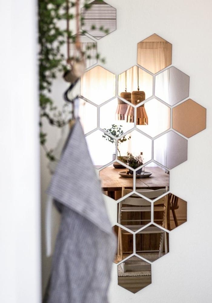 bonita decoracion con espejos en forma de hexágono, comedor moderno con mesa grande de madera, decoración de plantas verdes
