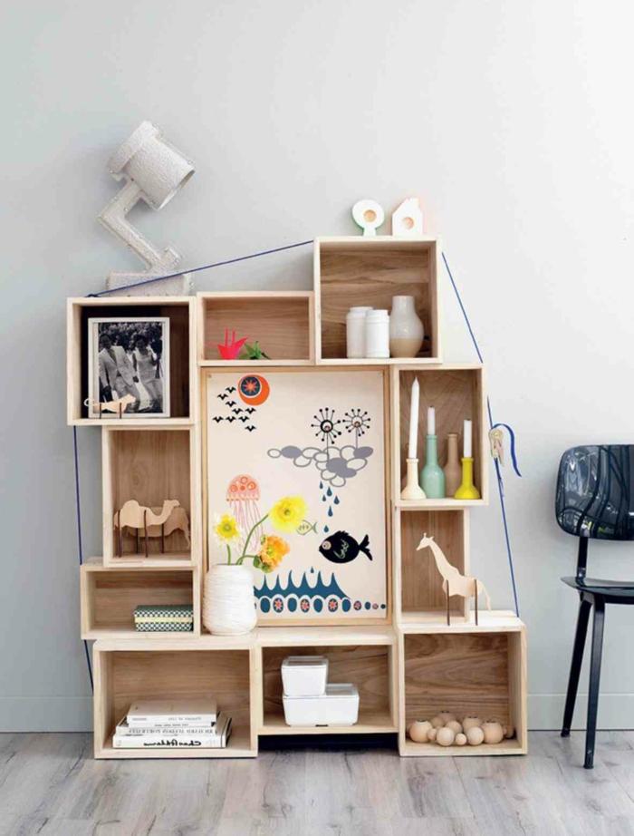 propuesta extravagante de estantería hecha de cajas de madera decoradas, interior en estilo nordico con colores claros