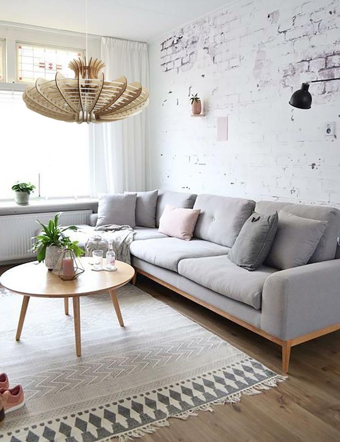muebles de salon modernos en colores pasteles, sofá en gris con cojines decorativos en gris y color rosa, paredes de efecto envejecido