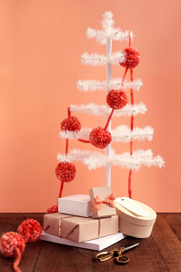 manualidades de navidad fáciles de hacer, pompones de lana grandes de hilo rojo, guirnalda de pompones hecha a mano