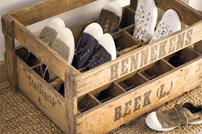 como hacer un zapatero DIY hecho de cajas de madera decoradas, manualidades utiñles para decorar la casa