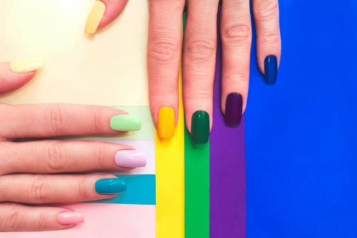 uñas en diferentes colores, diseños de uñas sencillo en colores pasteles y saturados con acabado brillante