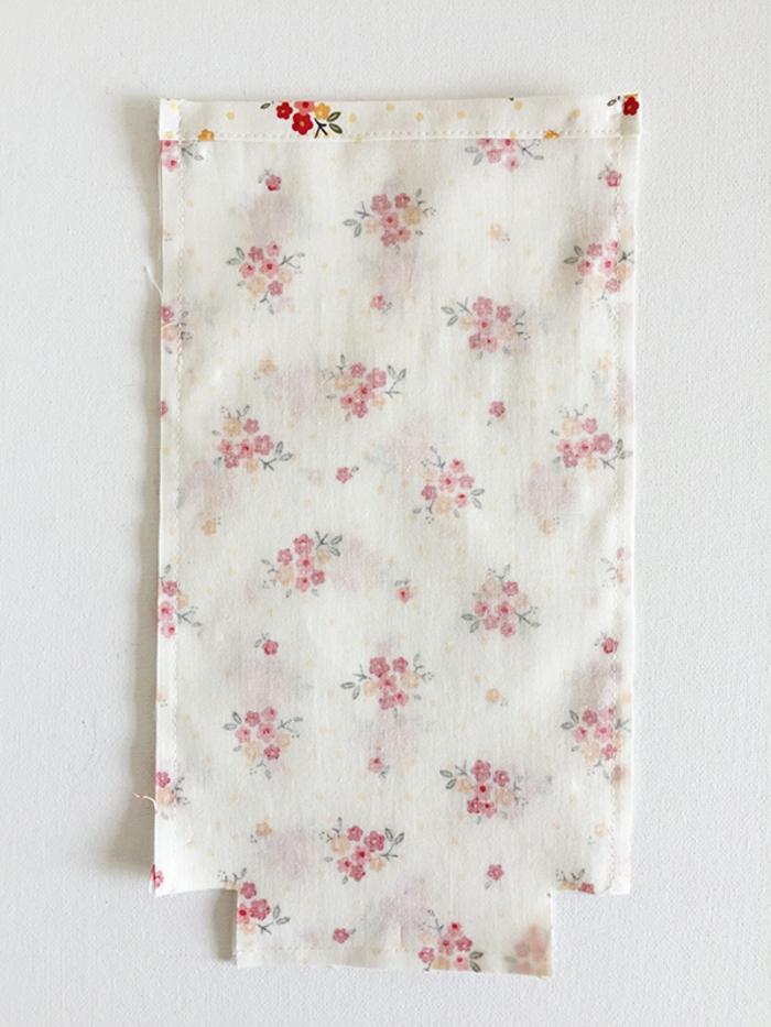 ideas de manualidades para hacer con tela paso a paso, cojines bebes decorativos, tela en estampados de flores