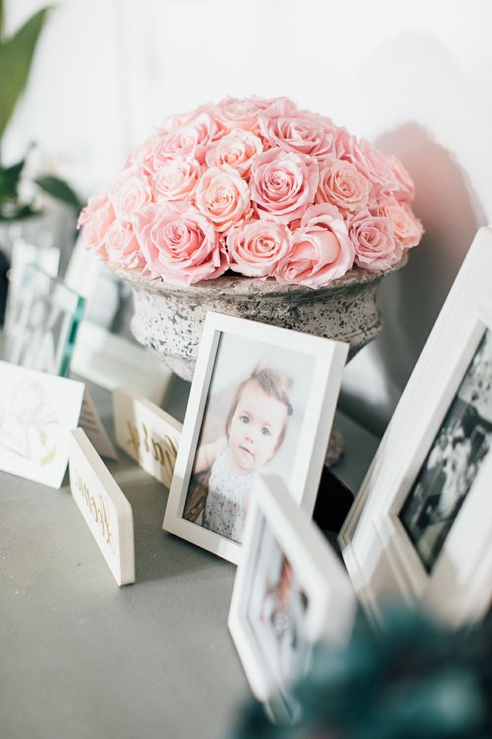 ideas para decorar recibidores pequeños, armario decorado de rosas y fotos en marcos pintados en blanco