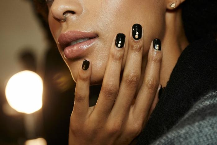 tendencias diseños de uñas, uñas negras con acabado brillante y decoración en dorado, ideas para uñas de gel