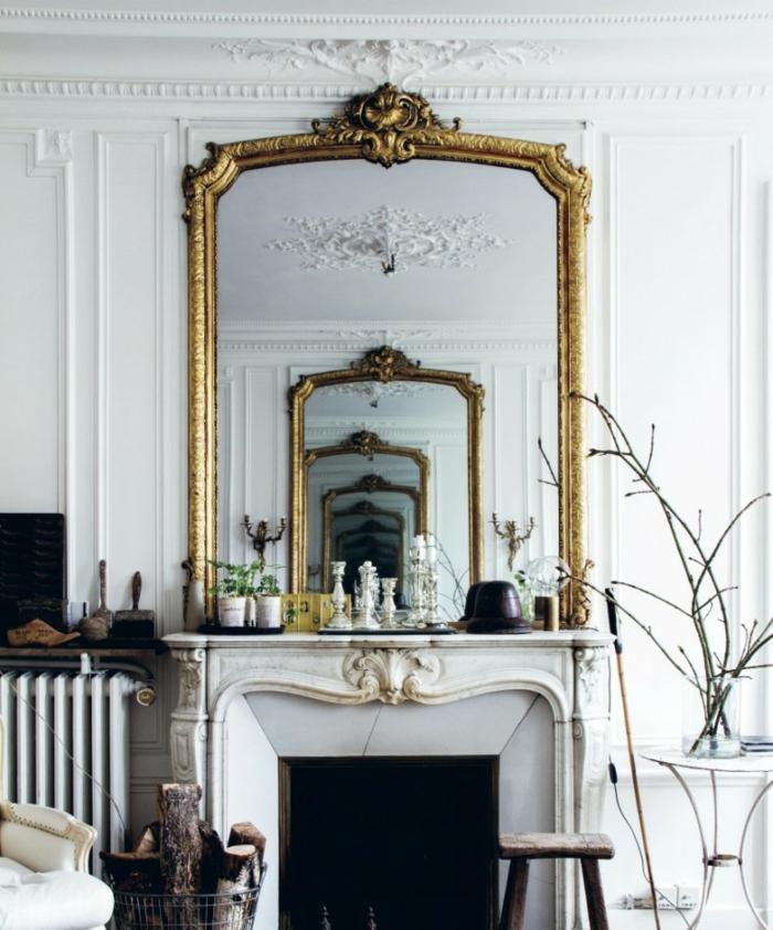 decoracion con espejos para crear un efecto óptico fenomenal, salón en estilo vintage, grande espejo con marco dorado