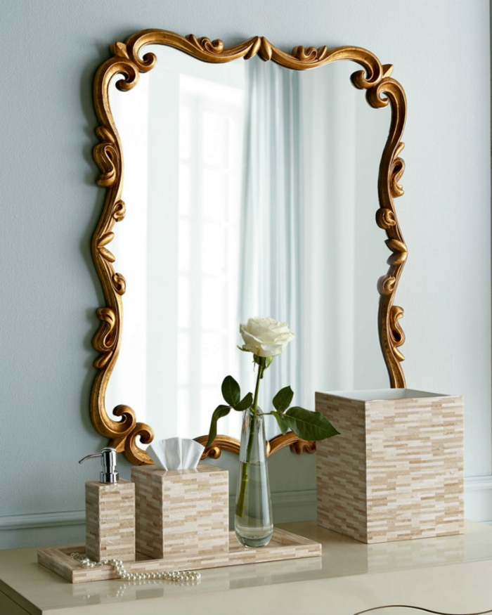 decoración con espejos en los cuartos de baño en estilo vintage, espejo en forma rectangular con marco ornamentado en color oro