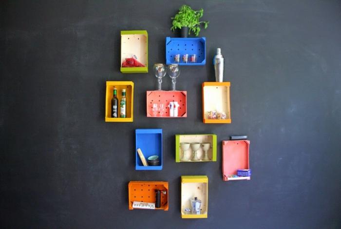 cajas de madera decoradas como punto focal en el interior, pared con pizarra negra y muchas cajas en colores llamativos