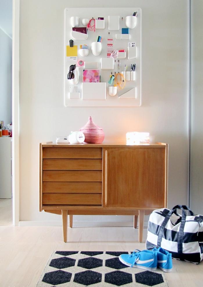 bontia decoración para recibidores pequeños, armario de madera con objetos decorativos, estantería en blanco, alfombra en blanco y negro con motivos geométricos