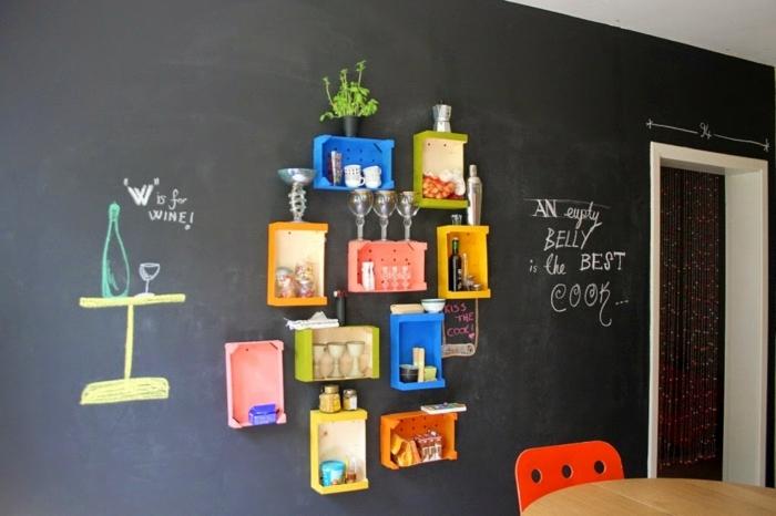 comedor de diseño original, bonita decoración con cajas de madera pintadas en colores chillones