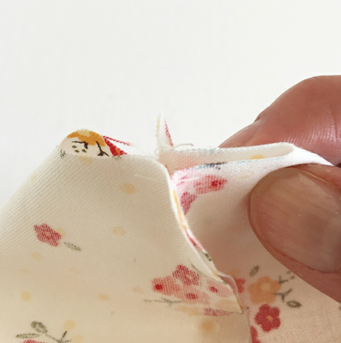 como hacer un punto normal con la aguja para cocer tela, cojines para bebes, pasos para hacer un embalaje casero de tela