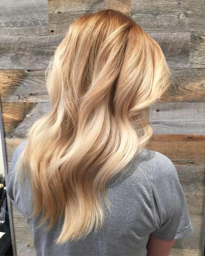pelo largo con mechas muy claras, precioso balayage en pelo rubio, melena larga ondulada, top tendencias mechas californianas 2018