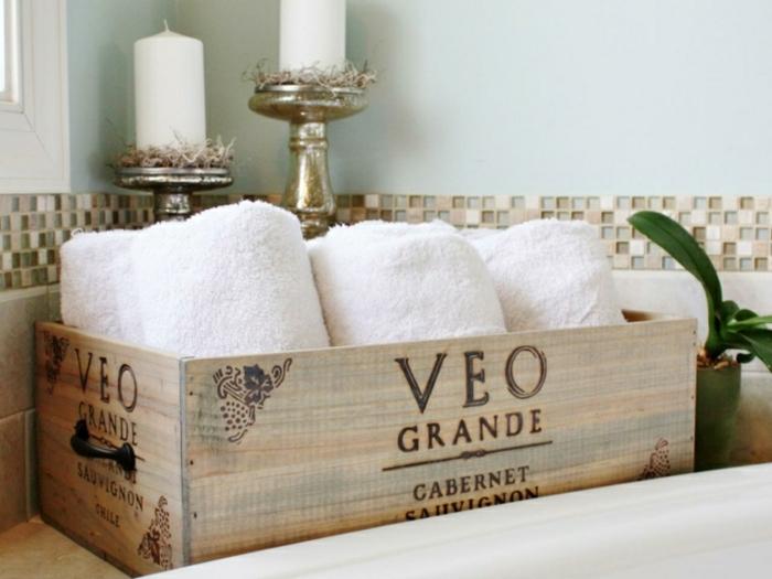 como decorar el baño con objetos reciclados, cajas de madera para almacenar las toallas en el cuarto de baño