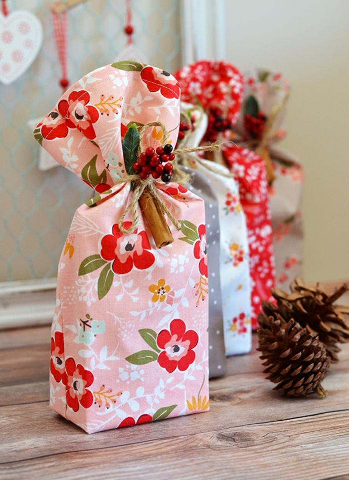 como embalar los regalos para nuestros seres queridos de una manera original y bonita, tela con estampados de flores, cojines para bebes DIY