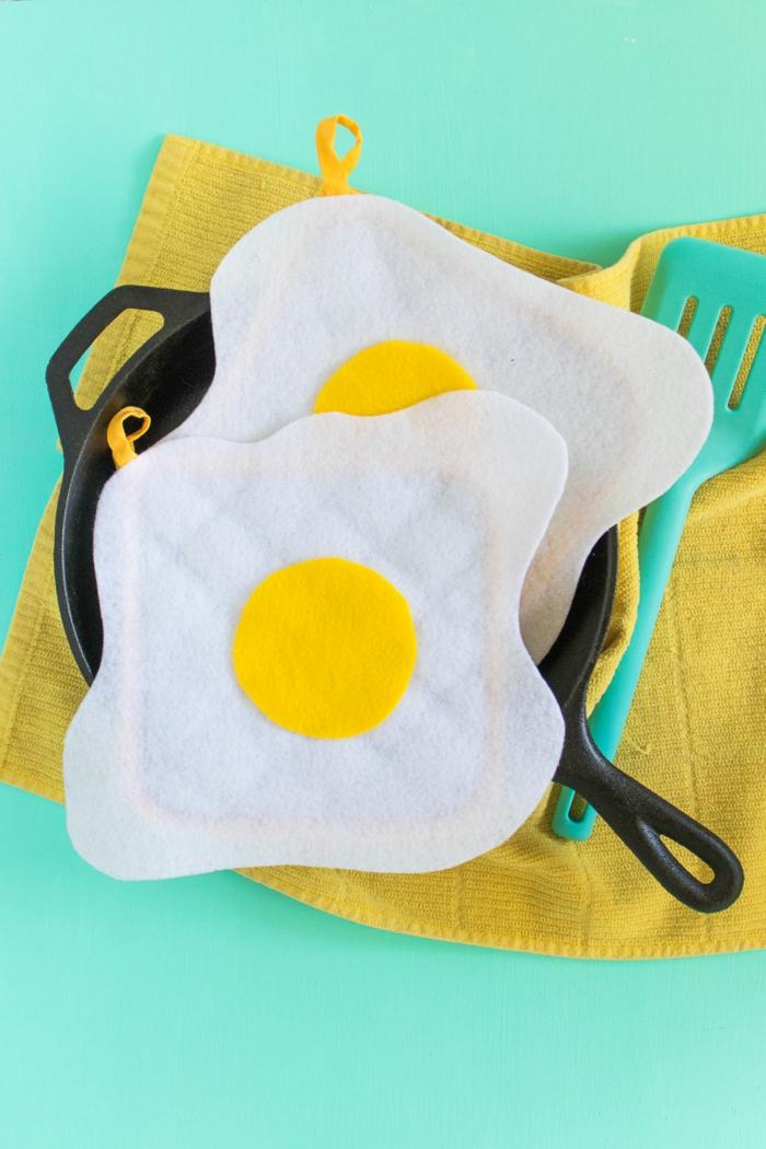 muñecas de fieltro divertidas, manualidades para los pequeños, motivos de fieltro en forma de huevos fritos