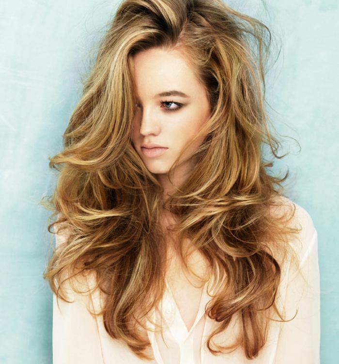 peinado con mucho volumen, corte de pelo largo en capas, melena en rubio oscuro cobrizo con mechas californianas claras