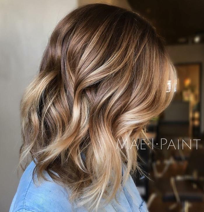 ideas mechas californianas en pelo corto, corte bob moderno con rizos despeinado, pelo con raices oscuros y mechas rubias