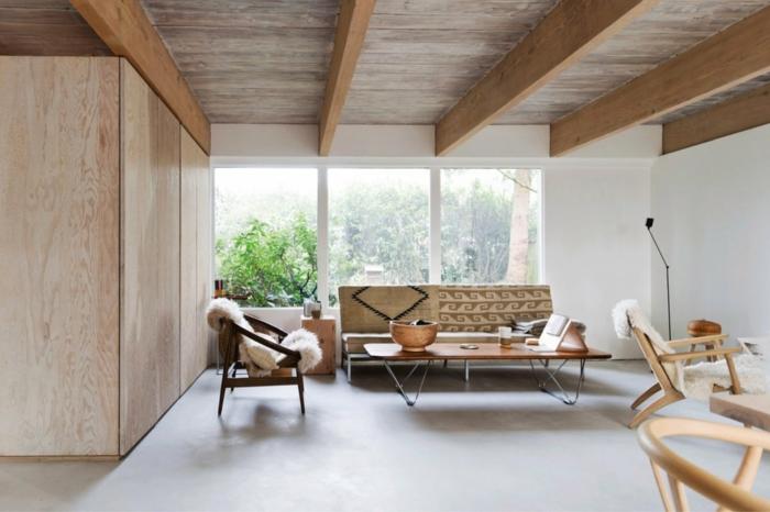diseño de salón con detalles de madera, techo con vigas de madera, grandes ventanales y paredes en blanco, ejemplos de salones modernos