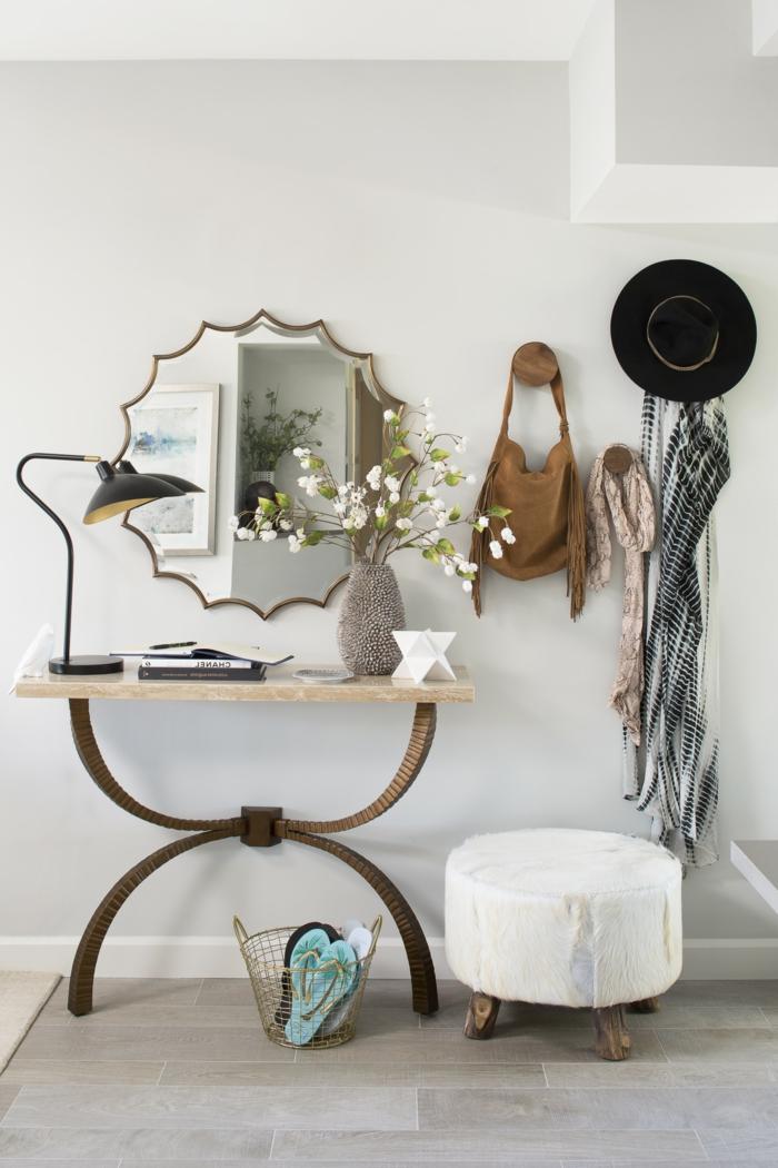 bonitas ideas para decorar la entrada de tu casa, espejo sol de forma original en estilo vintage, pequeño taburete tapizado en blanco