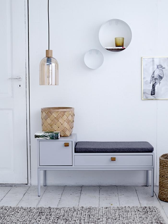 diseño moderno en estilo bohemio, recibidores en blanco, armarios con asiento, objetos decorativos en la pared