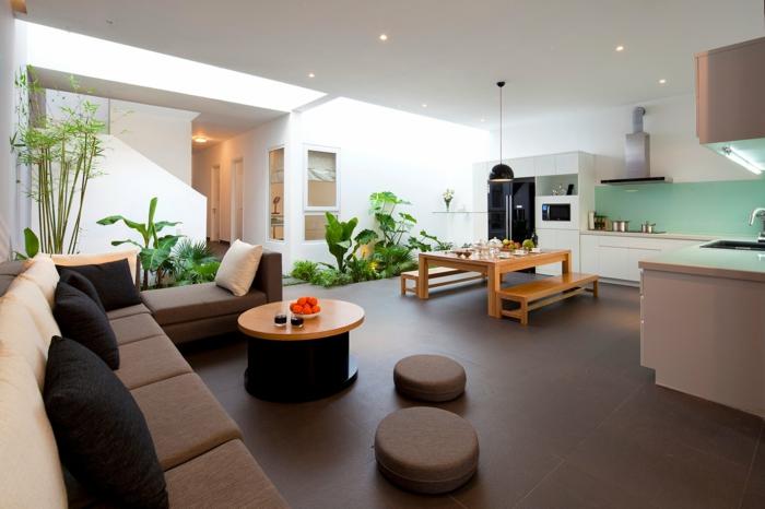 como organizar el salon para optimizar espacio, cocinas abiertas al salon en estilo moderno, sofá en color ocre con mesa pequeña oval
