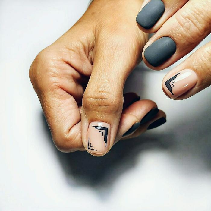 diseños de uñas minimalistas, uñas pintadas en gris oscuro con acabado mate, decoración con elementos gráficos en fondo transparente