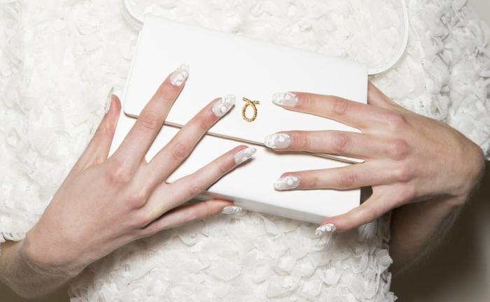 preciosidad en blanco, uñas largas ovaladas con acabado mate y elementos florales, diseños de uñas modernos y elegantes