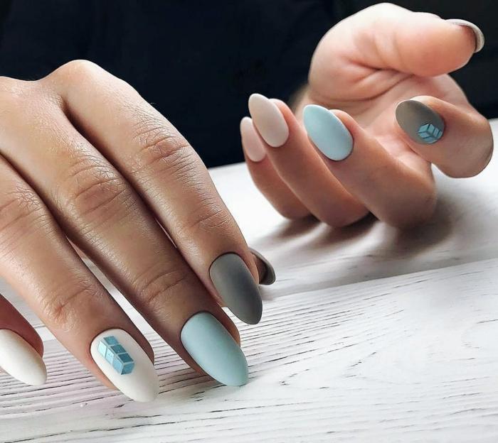 elegancia en tonos pastele, blanco rosado y azul pastel, diseños de uñas modernos, uñas largas en forma almendra